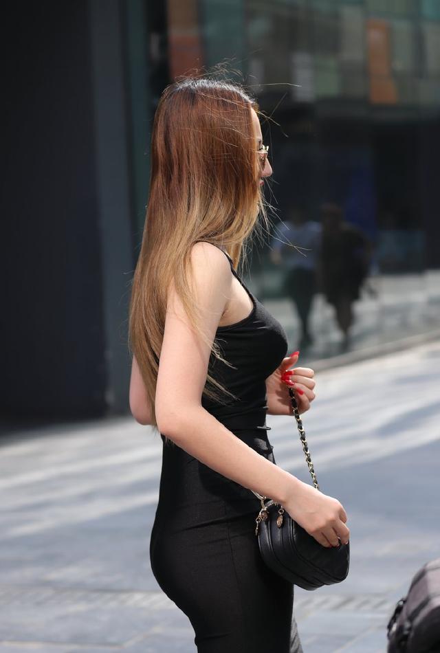 三里屯街拍:夏天到了,三里屯的时尚美眉都出来了