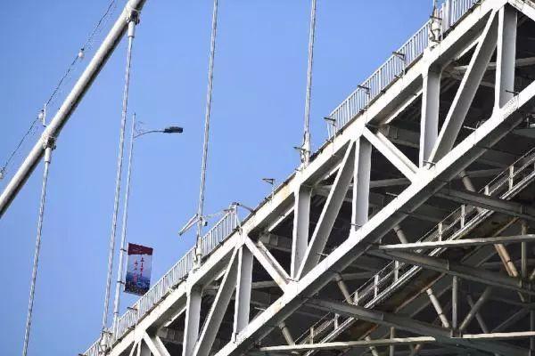 坠江的22路公交车现场高清晰照片 护栏被撞开的长江二桥沉于水下68米