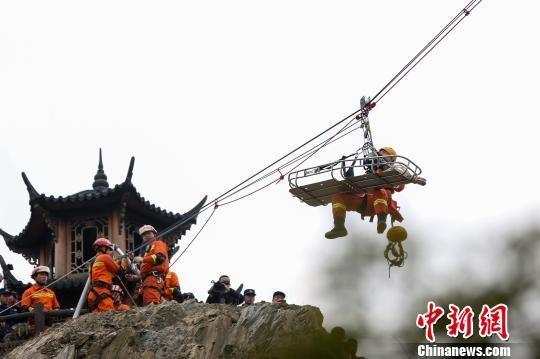 湖北襄阳消防开展山岳救援实战演练