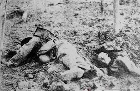 这个日本军官骑马走在中间,仍被地雷炸飞!