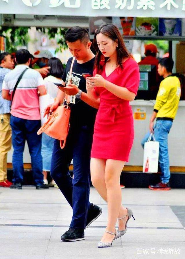 街拍:那些回头率百分百的情侣街拍,时尚果然还得看脸!