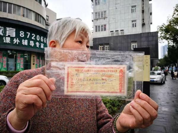 """阿婆翻出45年前130元存单!忙去银行兑""""巨款"""",结果..."""