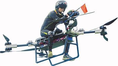 无人机试飞_卖房搞无人机失败后 他骑着摩托飞上了天_无人机_环球网