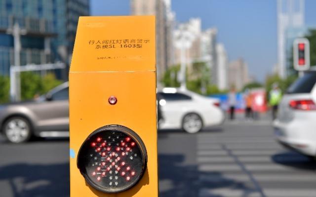 宁夏银川治理行人闯红灯 公职人员违法将被抄告纪检部门