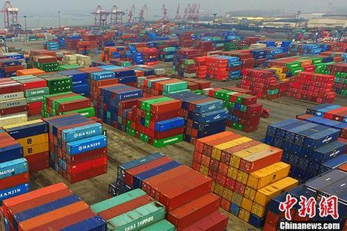 南京龙潭港摆放着的进出口集装箱。中新社记者泱波 摄