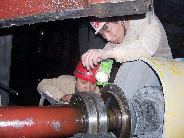 電廠工人:冒著酷暑檢修(圖4)