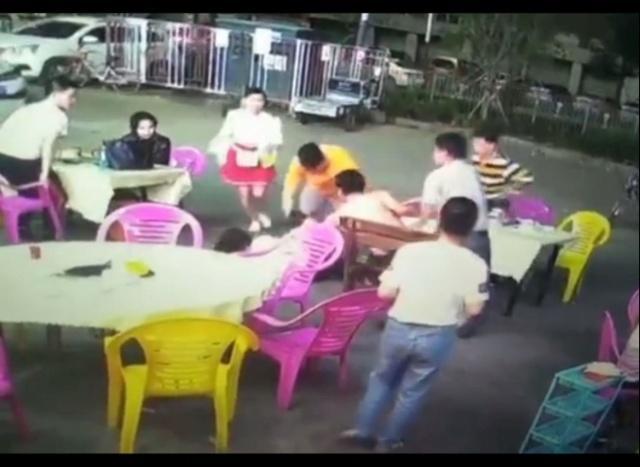 深圳女子火锅店里被猥亵,店老板等合力迅速制止