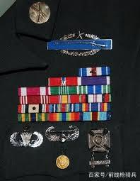 美军军服上的各色徽章都是什么意思?每个都...