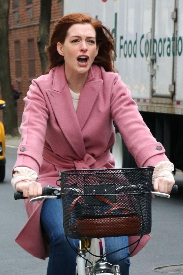 """安妮·海瑟薇骑自行车出街,表情搞怪把""""女神包袱""""都抛弃了!-领骑网"""