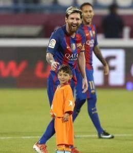 足球国家队之间的比赛,每个队员都要领一个小