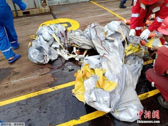 客机坠毁180多人生死未卜 印尼狮航飞行安全堪忧