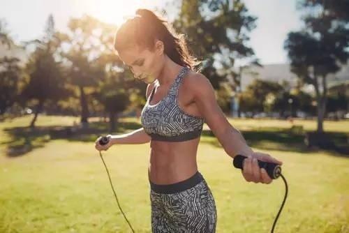 运动减肥:跳绳也可消耗大量的卡路里!-轻博客