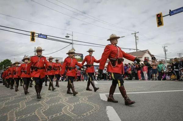 经济不行经费吃紧,加拿大皇家骑警开始送外卖
