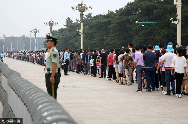 壮观场面:9·9,天安门瞻仰毛主席的民众排队数百