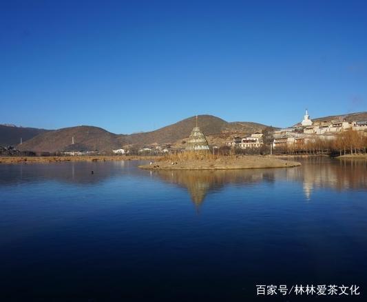 拉姆央措湖,藏语意为圣母灵魂湖,位于松赞林