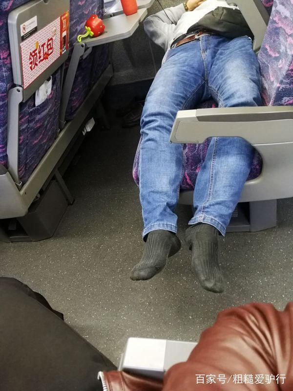 博士男高铁霸占座位:盘点高铁6大不文明行为