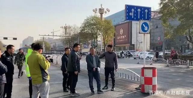 河北涿州一司机撞倒母女后逃逸,拉走女童烧毁