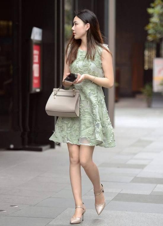 街拍美女:街头美女逛街,一个比一个还美,养眼的不得了