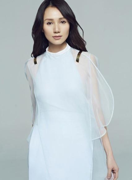 袁泉太适合朴素风,穿条纹白裙又瘦又高级,一般人穿不出这种气质