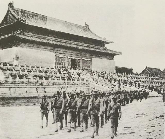 八国联军在紫禁城内的照片,图6一联军将领对太