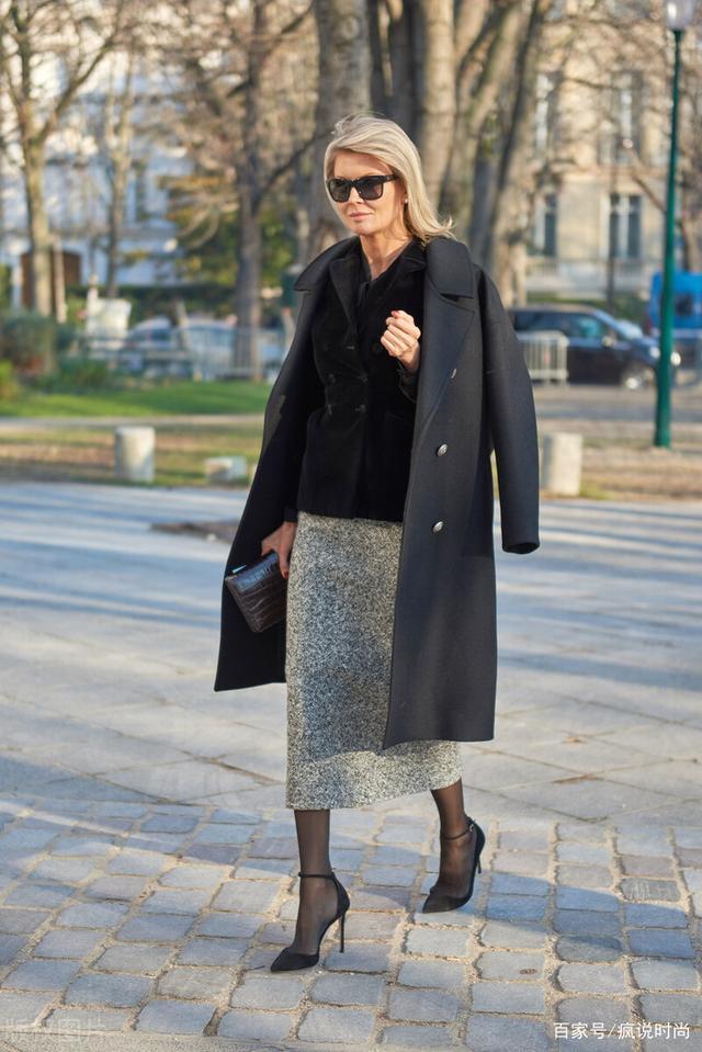 """天冷也想穿裙子,试试""""外套+毛呢半身裙"""",时髦保暖更显高级范"""