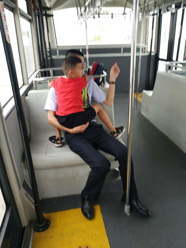 郑州7岁娃独自坐飞机去深圳,登机后不停哭泣,