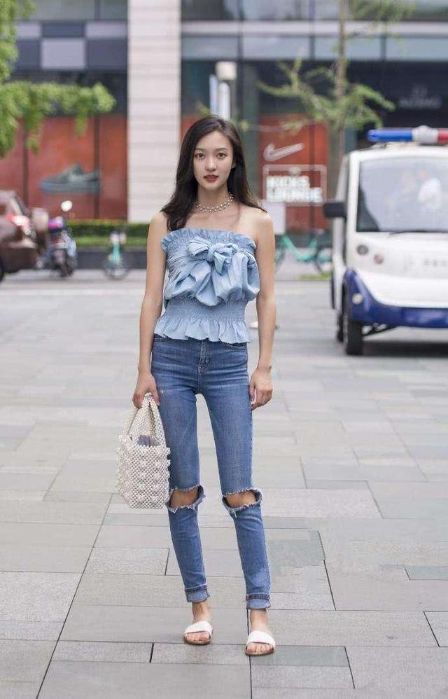 牛仔裤给人一种视觉上的拉伸感,美丽身姿显气质优雅不凡