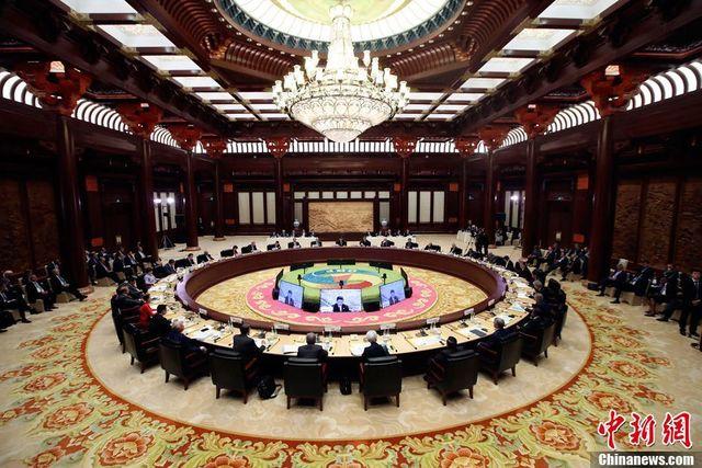 """5月15日,""""一带一路""""国际合作高峰论坛在北京雁栖湖国际会议中心举行圆桌峰会。中新社记者盛佳鹏 摄"""