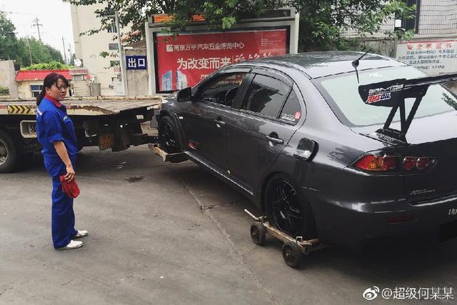 加油站错给三菱EVO加92汽油,又遭拖车司机损车,车主很无奈!