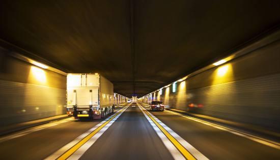车子交通违法查询系统,高速上开车,开车过隧道,交通标志,违章查询网