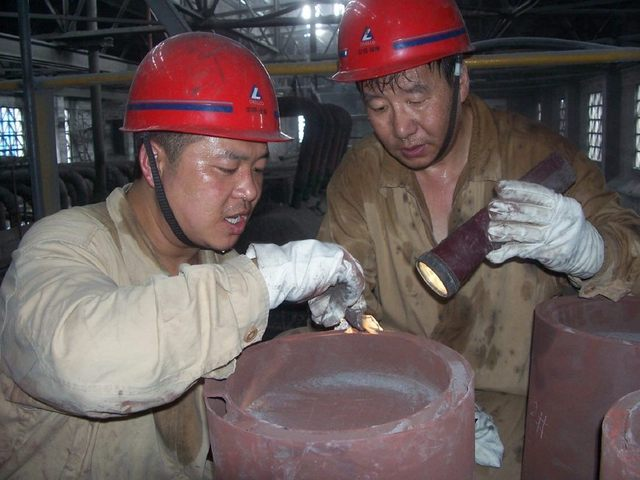 电厂工人:冒着酷暑检修