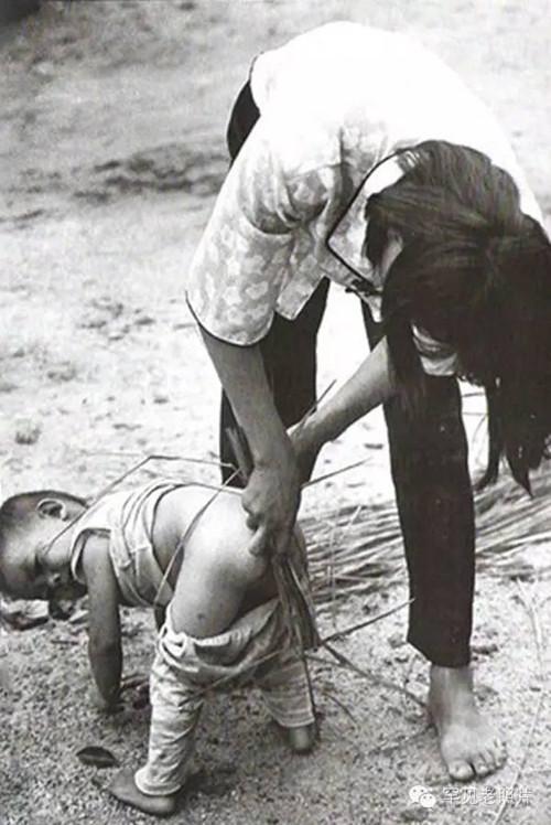 珍贵老照片:小孩用杂草