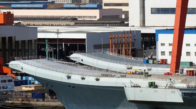回复:辽宁舰中秋送大礼 粉刷舰岛舷号建成双航母舰队