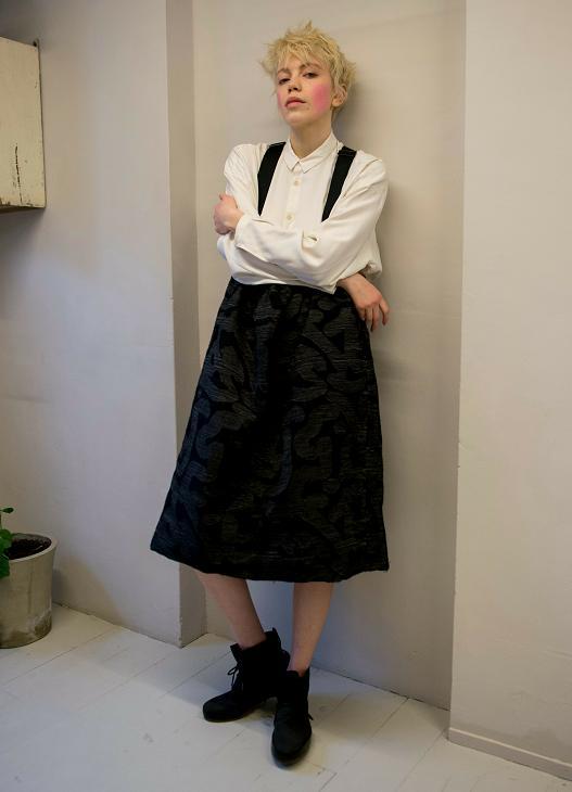 綠色上衣外套搭配黑色開叉裙子,時尚又不失高雅,彰顯氣質
