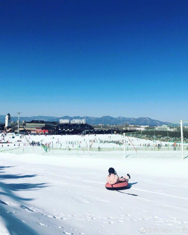 李小璐甜馨滑雪照片曝光不见贾乃亮 网友直呼好有爱的母女俩