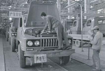 """导读:多次闯难关后,东风实现了从无到有、从有到优、从优到强的跨越式发展。  49年前,我国工业建设如火如荼。在湖北十堰的大山中,人们一砖一瓦地运出了一个汽车厂――中国第二汽车制造厂,也就是现在东风公司的前身。   第二汽车制造厂开工典礼  大山没有挡住东风发展的视野。从""""二汽""""、""""东风汽车公司""""再到""""东风汽车集团有限公司"""",从""""军转民""""、""""国企改革""""再到""""港股上市""""……改革开放至今,东风率先在全国企业界推行了一系列重大改革举措。  在不断的革新中,东风从十堰驶向了北京天安门广场,EQ240、东风""""猛士""""等军车多次在阅兵仪式上接受人民检阅,构筑起保卫国家的钢铁长城;东风也从十堰走到了千家万户,从商用车到乘用车,东风凭借天龙、天锦、风神等系列车型,在大众市场占得一席之地。  站在改革开放浪尖的破与立,是东风的果断与勇气。""""东风就是通过 '聚宝'的方式建立起来的,所以东风的企业文化里,永远都有一种艰苦创业的文化精髓。""""  而进入新的改革期,东风依然选择前进。""""东风要从'要我改革'向'我要改革'转变,以国企的责任和担当,增强改革工作的主动性。""""东风公司董事长、党委书记竺延风表示。  自立  东风的改革故事,要从二汽时代脱离""""大锅饭""""开始说起。  早年间,计划经济体制曾在二汽的建设过程中发挥过重要作用。通过""""包建""""和""""聚宝""""的方式,二汽规模迅速扩大,但随着战争的结束,二汽生产的军用越野车、卡车没有了用武之地。  自力更生,成为二汽继续生存的出路。  在""""计划亏损""""3200万元的窘境中,二汽放弃继续吃国家的""""基建饭"""",在军车的技术基础上研发民用载货车,开始了""""军转民""""的道路。凭借一汽转让的技术,二汽在全球各地买来5吨载货样车进行分析比对,研发小组共计解决了大大小小近百项问题,名为EQ140的民用载货车迅速投入量产。  1978年4月,二汽生产了420辆EQ140车型,12月底更是超产3000多台,不仅没有将计划亏损变为现实,反而向国家上缴了131万元,在当时缔造了一个奇迹。  不过刚缓过来的二汽,再次收到""""坏消息""""。  1980年,国民经济进入调整时期,国务院决定""""停建、缓建""""一批项目,刚刚闯过""""亏损关""""的二汽赫然在列。  """"二汽停下来,3万多职工,2万多台设备的出路在哪里?""""面对生死抉择,在时任二汽厂长黄正夏的带领下,二汽人向国务院提出了""""自筹资金 量入为出 续建二汽""""的方案。黄正夏也决定去北京争取机会,""""我们在北京每天都用电话和各部委联系,也不管对方是在吃饭,还是休息,抓住就做工作。""""  当年3月22日,国务院(1980)68号""""关于批准二汽续建""""的文件正式下发,二汽从此走上了一条依靠自己努力,内涵式扩大再生产的艰辛之路。  """"对厂长负责制有什么意见?""""这是时任中共中央副主席邓小平在1980年视察二汽提出的问题,同时,邓小平就二汽军品与民品的关系、走向集团化发展的道路等问题作了指示。  由此,二汽开始在全厂推行""""以全面质量管理为基础、以全面技术进步为核心、以全面经济效益为目标""""的分层经营承包责任制,使全员都参与到企业管理和承包规划之中。作为厂长负责制的试点单位,二汽选择了四个不同类型的专业厂进行试点工作,并相应进行了机构体制、干部制度、工资分配、经济承包等配套改革,试水过后,1985年,厂长负责制在二汽全厂普遍推行。  从1980年至1985年,二汽自筹资金3.3亿元,在确保上缴国家全部利润、税金、折旧费提成的前提下,不仅提前两年建成了年产10万辆汽车生产能力,还完成了对十堰老基地的改造,同时开辟了襄樊新基地。  前所未有、大刀阔斧的改革,让二汽步入高质量发展的快车道,更开创了国家特大型企业改革开放的先河,培养了国有企业不再依赖国家的投入来扩大再生产的自主发展精神。  """"国家'断奶'放手、企业大胆开拓,比在计划经济体制下按部就班建设,要强十倍、百倍,是真正地解放了生产力,促进了二汽快速发展,为国家的经济发展做出了实质性的贡献,'坏事'变成了'好事',是一场体制和机制的革命""""黄正夏在回忆录《艰难历程》中写道。   自筹资金续建二汽  释放活力  2018年,是东风日产成立的15周年。在这15年里,它实现了1000万辆的产量跨越,已成长为涵盖商品企划、造型、技术研发、采购、生产制造、物流运输和市场营销等全价值链体系的国内主流车企。  取得如此成绩,得益于东风在40年前,紧紧抓住了释放国企活力的一系列机遇。  1992年,改革春风吹满地。""""市场经济""""成为二汽职工茶余饭后的热门话题。在国内经济体制转轨、市场转型的背景下,1992年9月1日,二汽正式更名为东风汽车公司,开启对旧工厂体制进行改革的新阶段。   二汽正式更名为东风汽车公司  不过和大多数国有企业一样,直面市场经济后,东风自身产品和体制、机制不相适应的矛盾充分暴露和日渐突显,拖欠企业"""