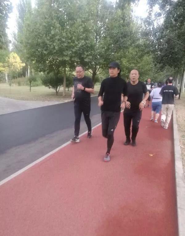 朝阳公园周润发 63岁周润发轻松慢跑你遇见了吗