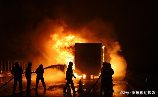 京东一快递大货车起火 物品被毁所剩无几