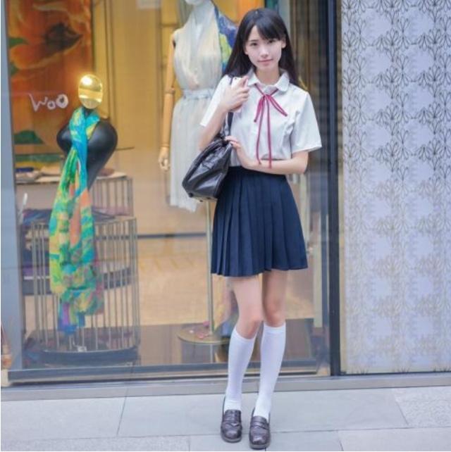 为什么日本女生穿短裙时,都会配上长袜,这长袜有什么用?