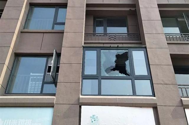 物业停水停电被举报,业主遭报复:钢化玻璃都被砸烂了