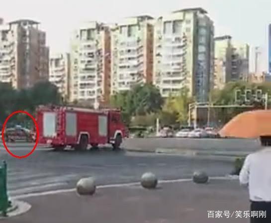 消防车闯红灯和私家车相撞,私家车主负全责