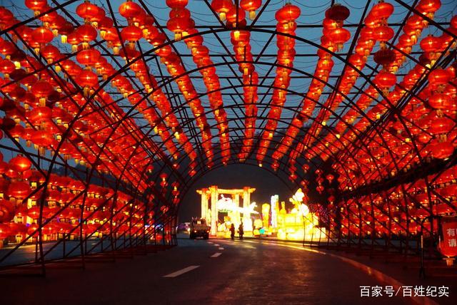 新春走基层丨郧阳历史上规模空前的花灯展演正在樱桃沟上演