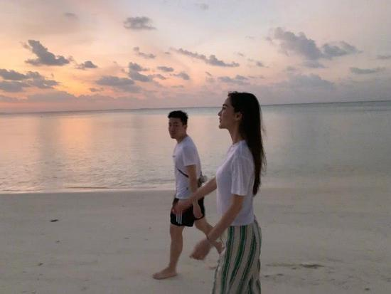 baby元宵节晒与男友人海滩漫步照 网友:你家黄晓明不会吃醋吗?