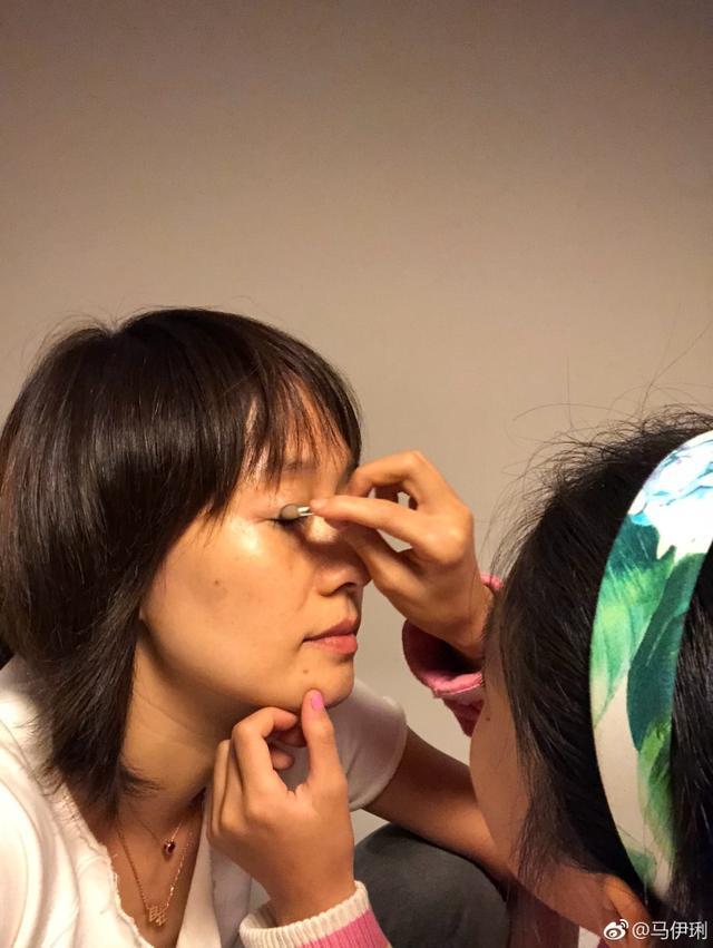 女儿为马伊琍化妆打扮 大烟熏眼影被指像袁泉