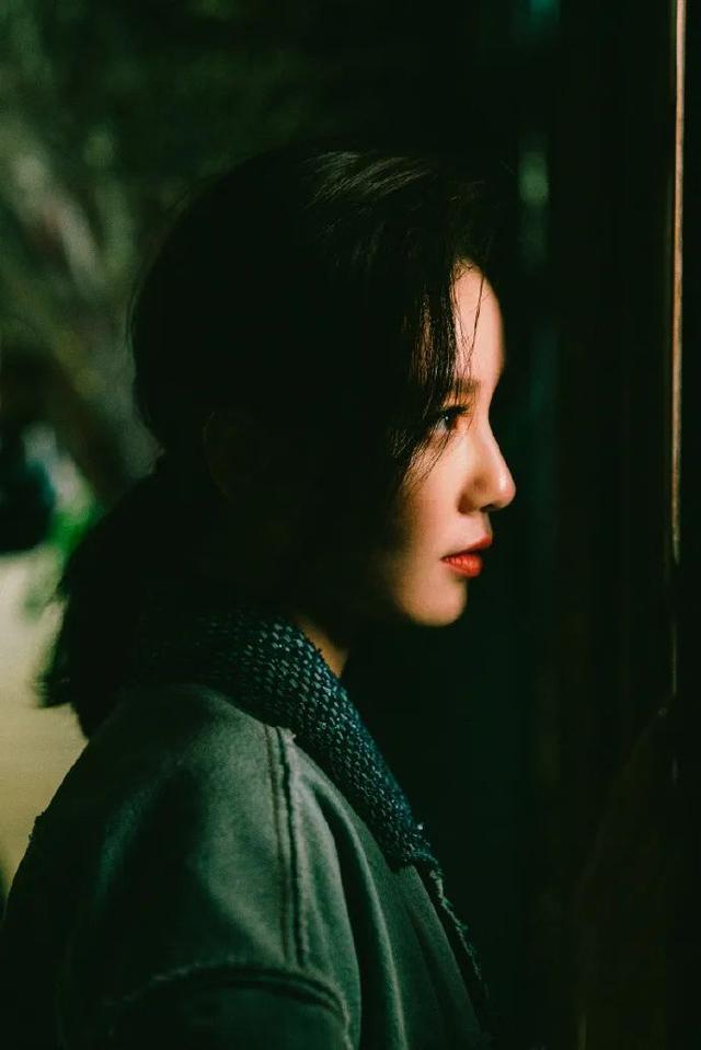 """有一种""""变脸""""叫刘诗诗化浓妆,红唇配烟熏妆,冷艳五官真是绝美"""