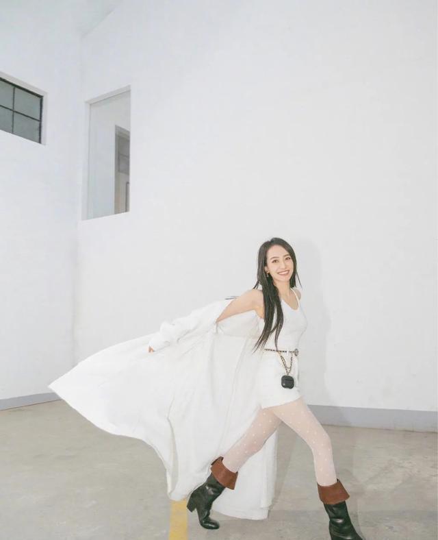 宋茜晒最新美照,飘逸长发配全白穿搭性感又清纯,新发型太惊艳