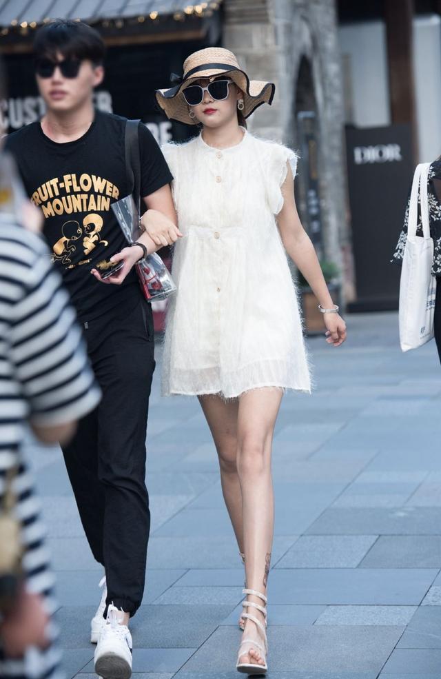 """美女與男朋友逛街,穿""""毛絨式連衣裙""""秀身材,時髦又高雅"""