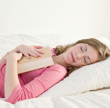 什么睡觉姿势有利于丰胸?教你4个睡姿快速丰胸
