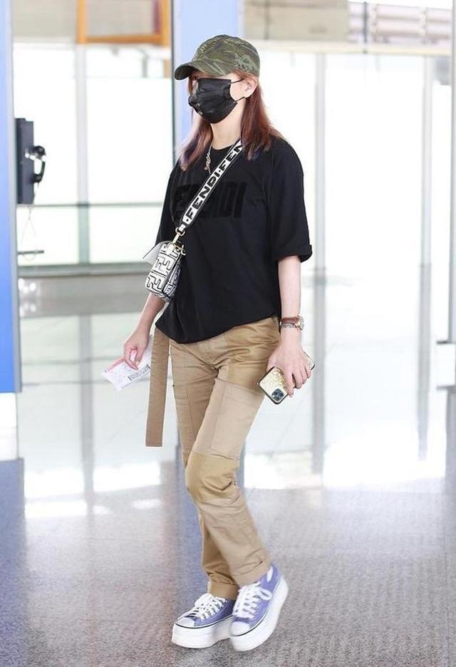 赵薇太有心机了,穿黑色T恤配休闲裤走机场,松糕帆布鞋显高时髦