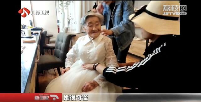 我来当爷爷!女孩反串新郎,陪96岁奶奶拍婚纱照,一句话暖哭